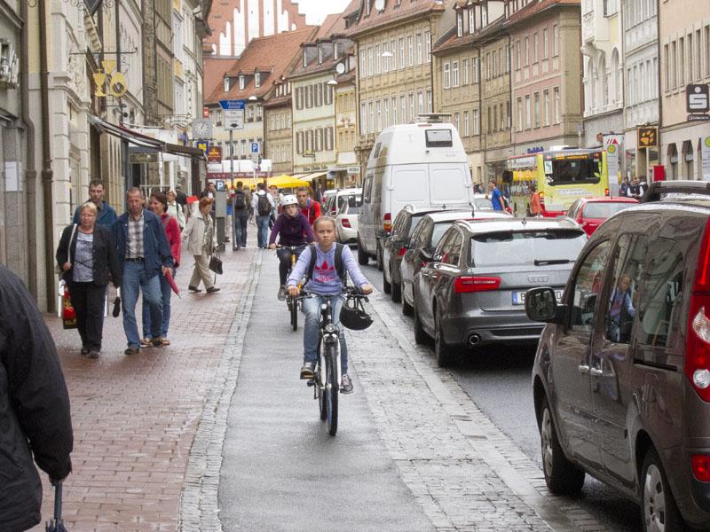 Drangvolle Enge in der Langen Straße. Foto: Erich Weiß