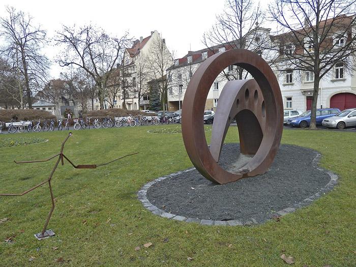Markusplatz, Plastik von 1999 mit Herausforderer von 2013. Foto: Christiane Hartleitner