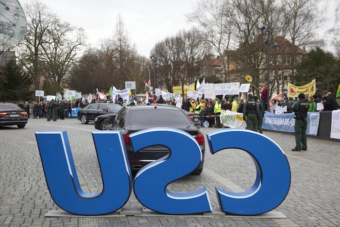 Sicherheitszone zwischen Windkraftbefürwortern und -gegnern vor der Konzerthalle beim kleinen Parteitag der CSU. Foto: Erich Weiß
