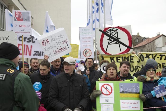 Windkraftgegner vor der Konzerthalle beim kleinen Parteitag der CSU. Foto: Erich Weiß