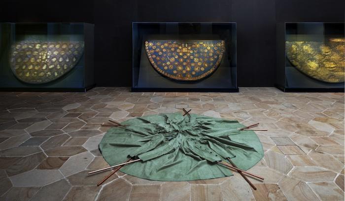 Five Raincoats holding up a Star von Ai Weiwei