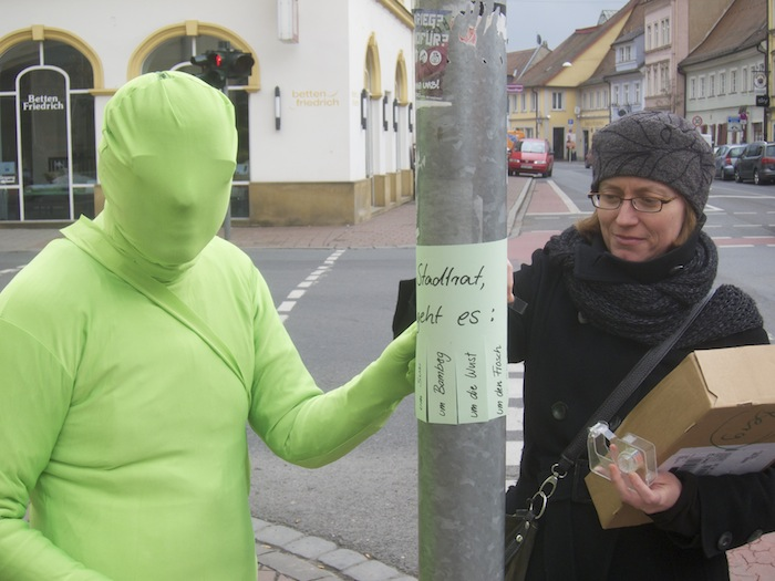 GAL-Der Frosch klebt Miniplakate. Foto: Erich Weiß
