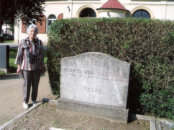 Liselotte (Lilo) Heilshorn, geb. Baumgarten vor dem Grab von Max und Henriette (Jettchen) Spier auf dem Jüdischen Friedhof in Bamberg (Foto: Privatbesitz Edith Roemer, München)