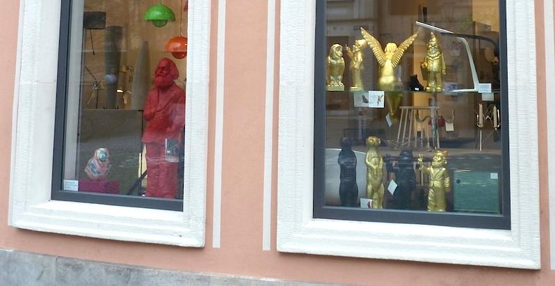 Schaufenster mit Hörl-Figuren am Kranen. Foto: Christiane Hartleitner