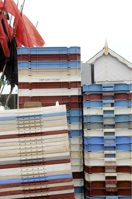 Fertig für den neuen Fang – Fischkisten in Fécamp. Foto: Monika Schau