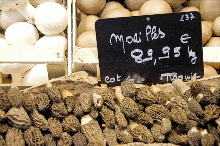Frische Morcheln an einem Gemüsestand in den Markthallen von Rouen. Foto: Monika Schau