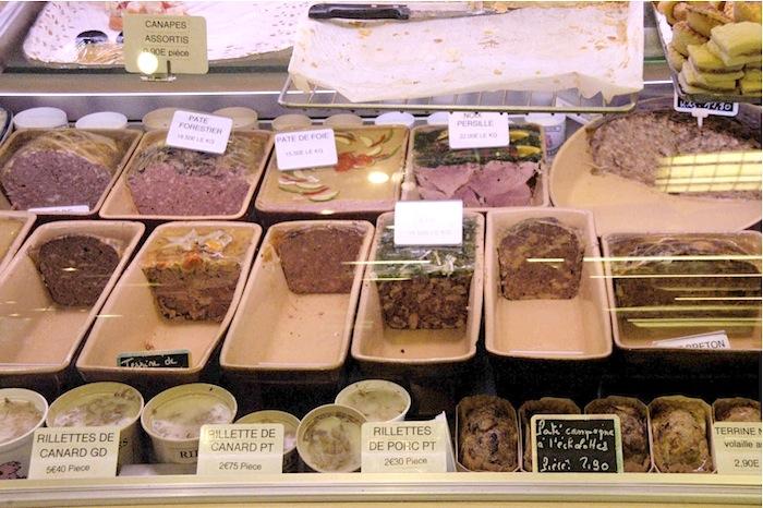 Hausgemachte Pasteten, Sülze und davor Rillettes (Schmalz) von der Ente und vom Schwein. Foto: Monika Schau