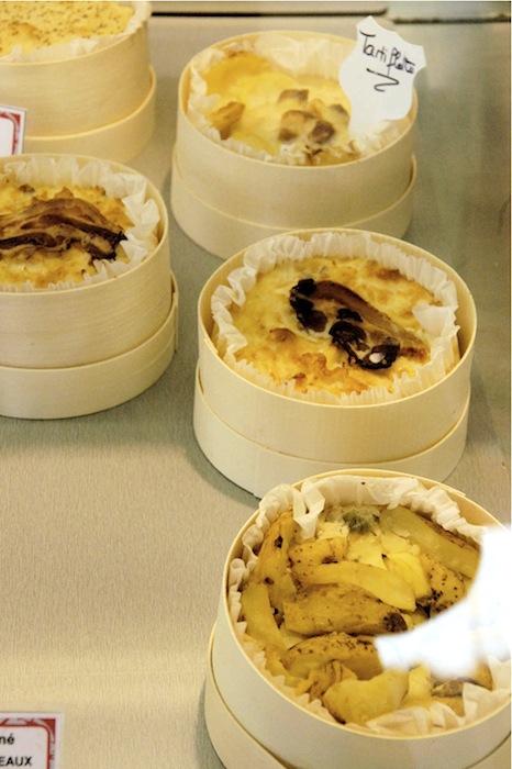 Pikante Käsetörtchen zum Warmmachen (Tarte de Fromage de Meaux mit Äpfeln). Foto: Monika Schau
