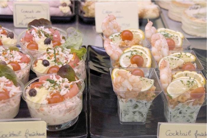 Vorspeisen mit Fischmousse oder mit Garnelen auf Gemüsesalat. Foto: Monika Schau