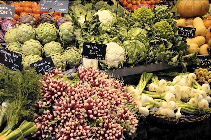 Frischer Blumenkohl, Romanesco, Artischocken und Radieschen an einem Gemüsestand in den Markthallen von Rouen. Foto: Monika Schau