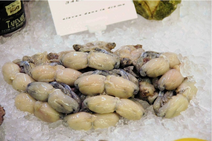 Frische Froschschenkel in den Markthallen von Roanne. Foto: Monika Schau