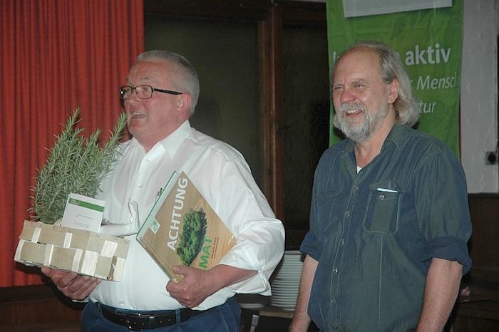Vorsitzender Heinz Jung dankt Walter Cayé für sein langjähriges Engagement. Foto: Christine Hertrich