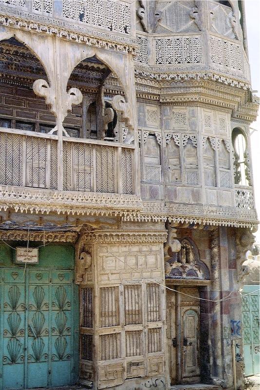 Haus in Yanbu al Bahr – die durchbrochenen Fensterverkleidungen dienen dazu, dass man hinausschauen kann und aber nicht gesehen wird und dass immer durch alle Räume ein Luftzug weht.