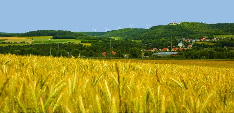 Fotomontage des Bürgerwindparks Heiligenstadt-Brunn mit 8 Windkraftanlagen auf Grundlage einer 3D-Simulation aus dem Geoportal des bayerischen Staatsministeriums für Umwelt und Verbraucherschutz. Standort: Grundschule Heiligenstadt. Von den geplanten 8 Windrädern sind von hier nur 6 sichtbar.
