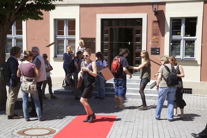 Für die Reichen gibt es immer einen roten Teppich. Flashmob vor dem Verwaltungsgebäude der Stadtbau am Schillerplatz. Foto: Erich Weiß
