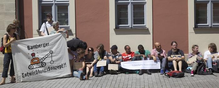 Looser. Flashmob vor dem Verwaltungsgebäude der Stadtbau am Schillerplatz. Foto: Erich Weiß
