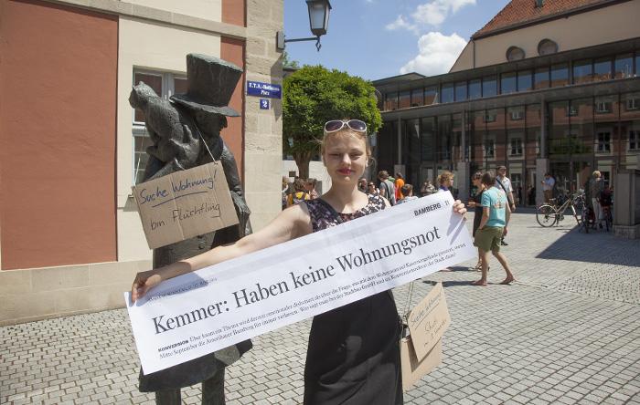 ETA Hoffmann floh aus Geldnot, was ja Wohnungsnot nach sich zieht, aus Bamberg. Flashmob vor dem Verwaltungsgebäude der Stadtbau am Schillerplatz. Foto: Erich Weiß