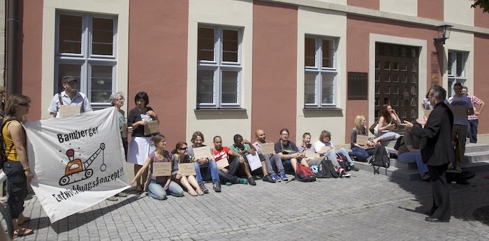 Die Ärmeren müssen ausharren. Flashmob vor dem Verwaltungsgebäude der Stadtbau am Schillerplatz. Foto: Erich Weiß