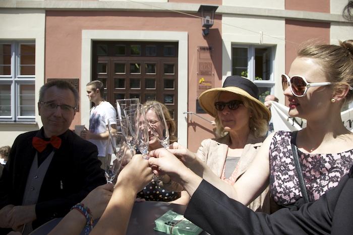 Die einen genießen. Flashmob vor dem Verwaltungsgebäude der Stadtbau am Schillerplatz. Foto: Erich Weiß