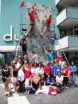 An der Kletterwand der Naturfreundejugend versammelte sich der lebende Beweis mit Verantwortlichen aller Beteiligten. Foto: Stadtjugendring Bamberg