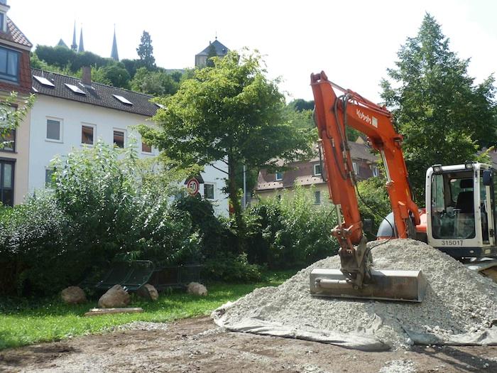 Vorarbeiten für die Schul-Container auf dem Gelände des Stadtarchivs. Foto: Christiane Hartleitner