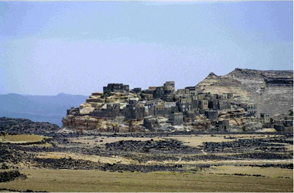 Dorf auf einem Hügel auf dem Weg nach Sanaa