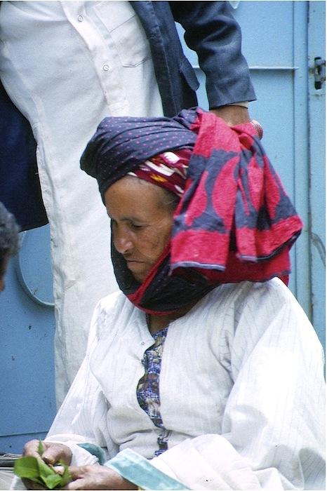 Frau mit Khatblättern (first flush) auf dem Markt