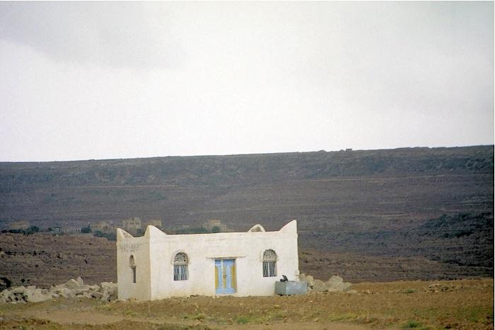 Haus eines Hadji, der als Zeichen, dass er mehr als einmal in Mekka war, sein Haus weiß angestrichen hat.