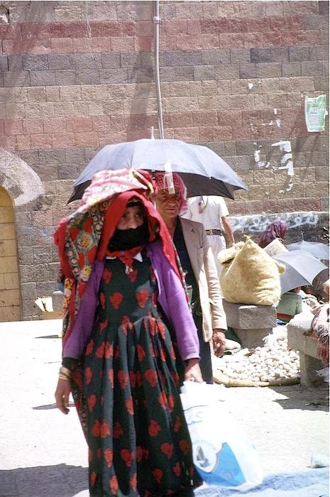 Jemenitin schon im Feiertagsgewand mit Schmuck