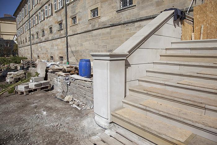 Neue Terrassenmauer und neue Treppe zum Klostergebäude. Foto: Erich Weiß