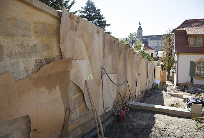 Stromleitungen entlang der neu errichteten Mauer. Foto: Erich Weiß
