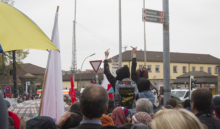 Eindeutige Gesten gegen die Rechten. Foto: Erich Weiß