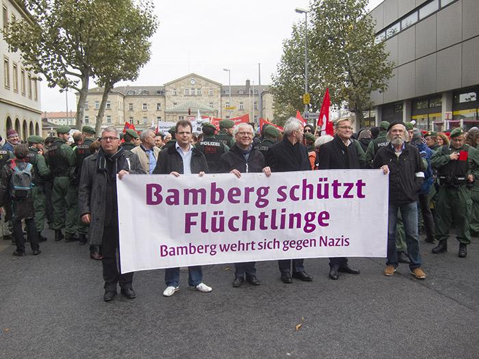Bürgermeister und Landrat führen die Gegendemo an. Foto: Erich Weiß