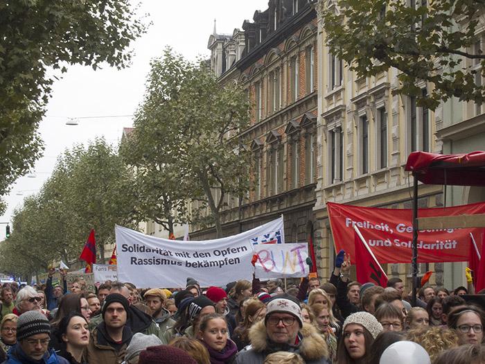 Ca. 2000 Gegendemonstranten in der Luitpoldstraße. Foto: Erich Weiß