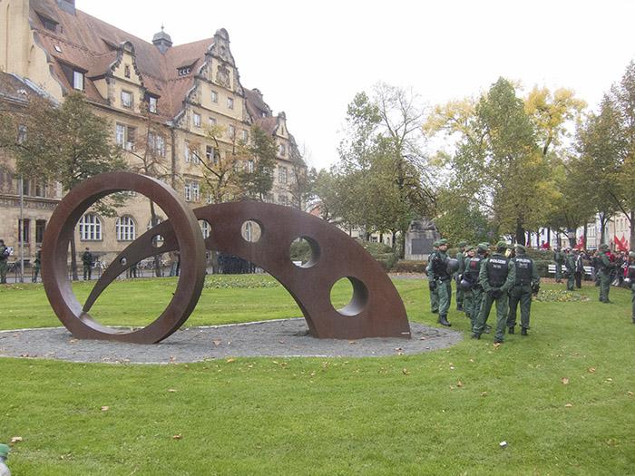 Gut geschütztes Kunstwerk am Markusplatz. Foto: Erich Weiß