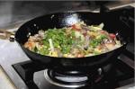 Gemüse mit Schweinefilet, Risottoreis im Wok. Foto: Monika Schau
