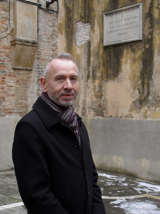 Karlheinz Beer an der Rückseite des Palazzo Vendramin, wo Richard Wagner am 13. Februar 1883 starb. Foto: Monika Beer