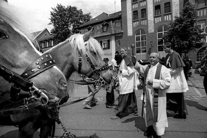 Pfarrer Oberle weiht Pferdegespanne beim Kutscherest in der Wunderburd. Foto: Werner Kohn