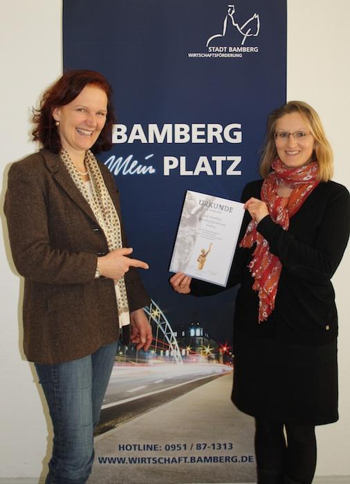 Ruth Vollmar (l). und ihre Mitarbeiterin Simone Ludwig-Konggann freuen sich über die Nominierung der Oskar-Patzelt Stiftung. Foto: Pressestelle Stadt Bamberg