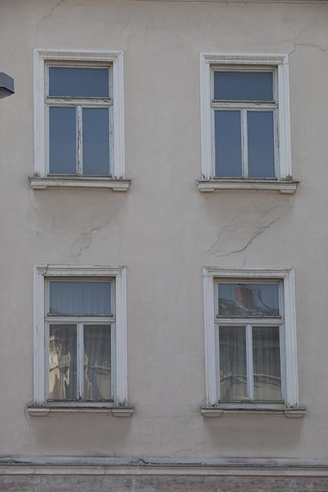 """Risse im Haus """"Da am Eck da"""". Foto: Erich Weiß"""