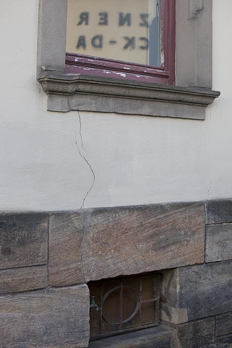 Risse im Haus der Sparkasse an der Südl. Promenade. Foto: Erich Weiß
