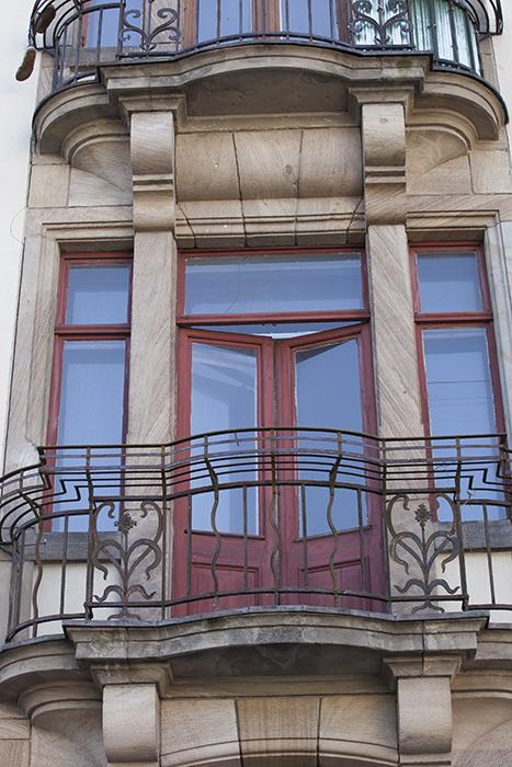 Offene Balkontüre im Haus der Sparkasse an der Südl. Promenade. Foto: Erich Weiß