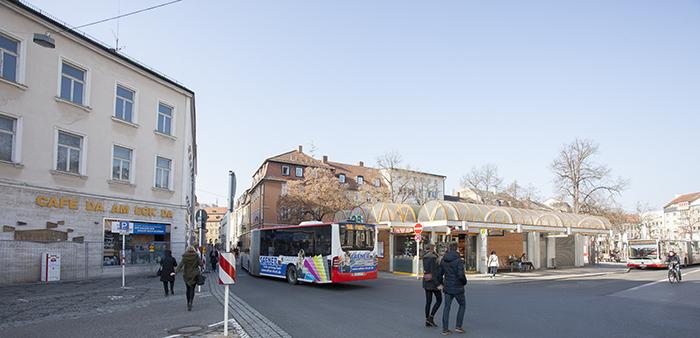 """Busverkehr vor dem Haus """"Da am Eck da"""". Foto: Erich Weiß"""