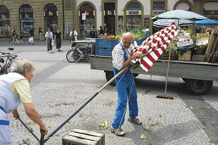Bamberger Gärtner baut seinen Marktstand ab. Juni 2003. Foto: Erich Weiß
