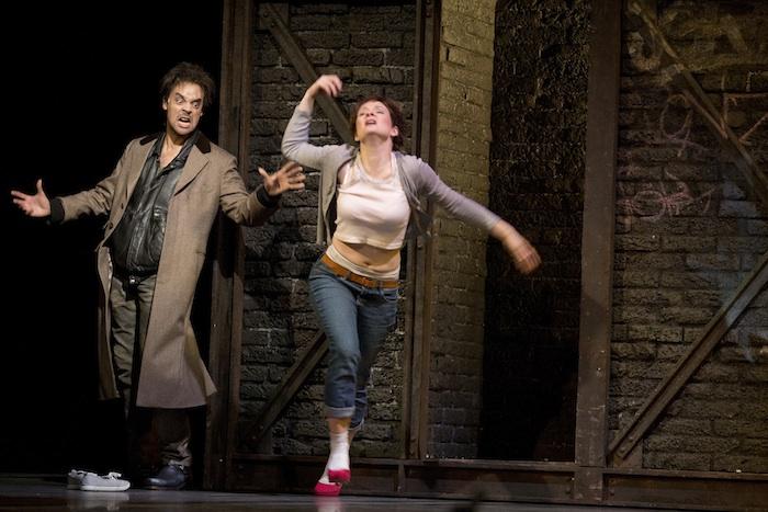 """Dass Fak (Fabrice de Falco) es auf Claire abgesehen hat, sieht man ihm an: Szene aus der Uraufführung der Oper """"Quai West"""" im Opernhaus Nürnberg. Foto: Ludwig Olah"""