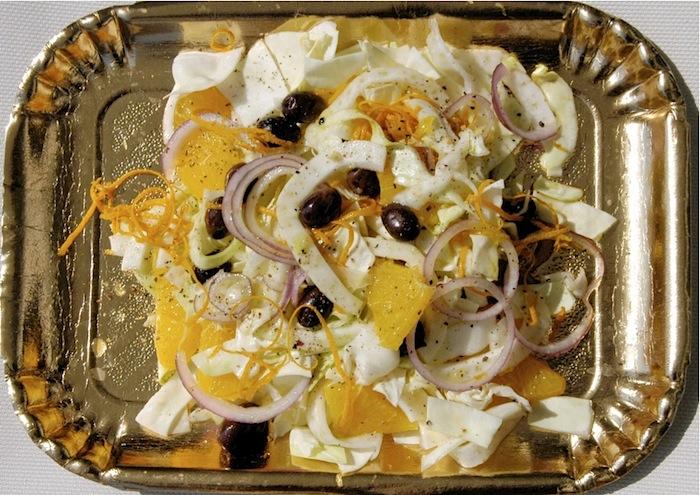 Veganer, vegetarischer Wintersalat aus Orangen, Fenchel, Zwiebel und Oliven. Foto: Monika Schau