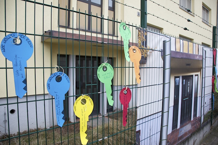 Forderungen hängen am Zaun. Foto: Erich Weiß
