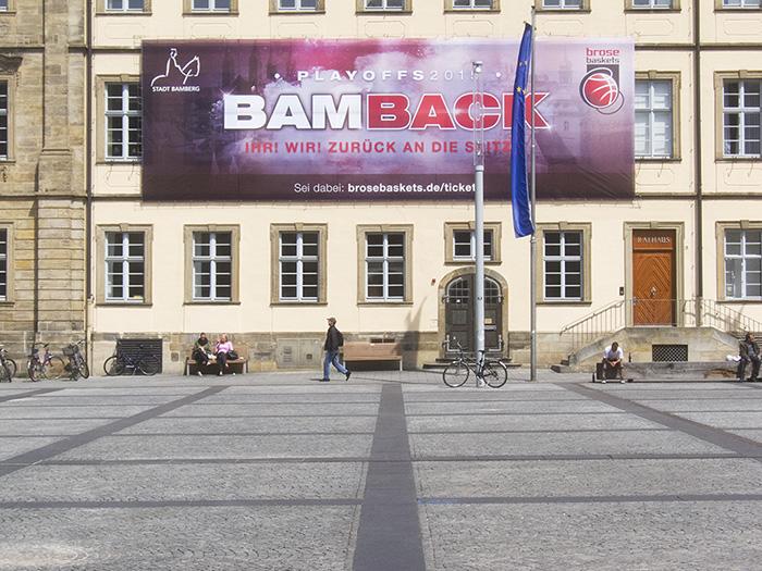Der Maxplatz (29.4.2015) wird durch das Plakat auch nicht schöner. Foto: Erich Weiß
