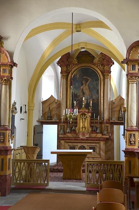Der spätmittelalterliche Chorraum der Sebastiani-Kapelle mit dem barocken Altar des Heiligen. Foto: Hubertus Habel