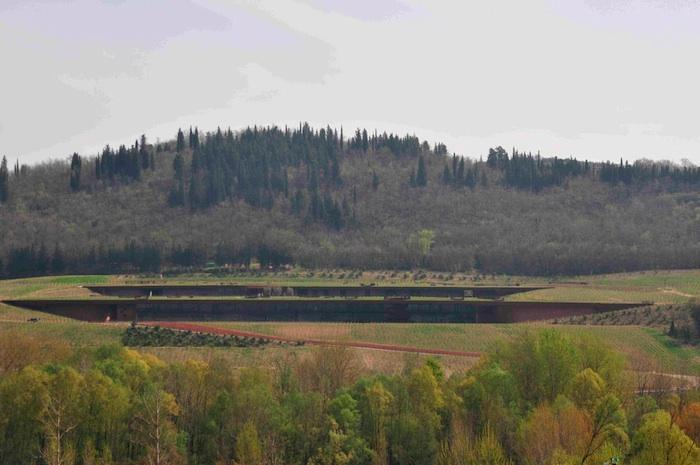 Das Weingut der Firma Antinori in den Berg gebaut
